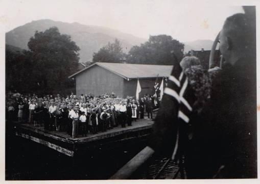 Folk var møtt fram i hopetal for å ønska krigsfangane velkomen heim. (Foto: privat)